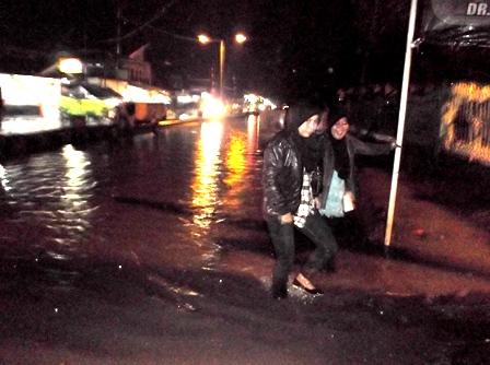 Penduduk Bersusah Payah Lintasi Banjir Jalan Pembangunan.