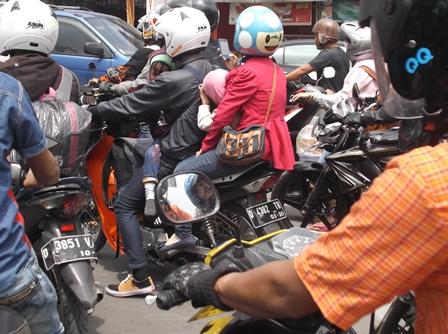 Kepadatan Ragam jenis Kendaraan Bermotor di Kadungora ke Arah Bandung.