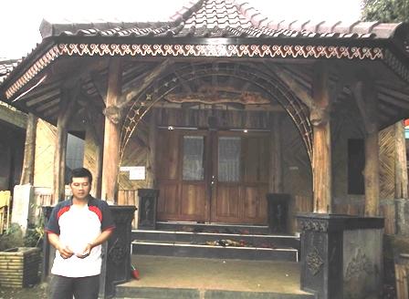 Agus di Pelataran Padepokan Masyarakat Adat Kampung Pasir.
