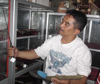 Kepala UPTD Museum R.A.A Adiwidjaja Garut, Aan Haryana Menunjukan Koleksi Asli Keris Pusaka Limbangan.