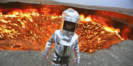 """George Kourounis, orang pertama yang melakukan ekspedisi ke kawah api raksasa di Turkmenistan. Kawah ini disebut sebagai """"Door to hell"""" atau Gerbang Neraka. (George Verschoor - National Geographic Channels)."""