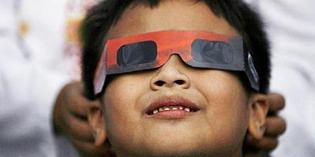 Untuk menyasikan gerhana matahari, dianjurkan untuk mengenakan kacamata pelindung khusus. (KOMPAS/PRIYOMBODO)
