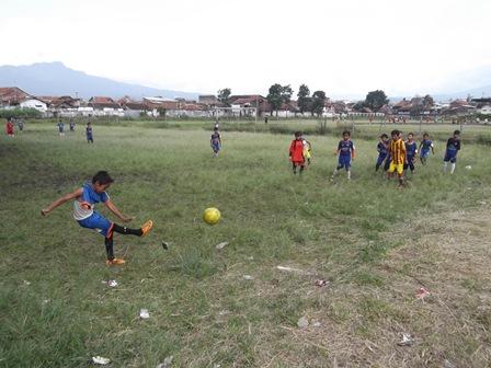 """Ilustrasi. Kegiatan Sekolah Sepak Bola """"JFC"""" Kabupaten Garut."""