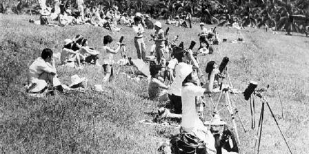 Astronom asing beramai-ramai memotret Matahari yang sedang mengalami gerhana total di Bukit Dagi, sekitar Candi Borobudur, Jawa Tengah, 11 Juni 1983. (ARSIP KOMPAS).