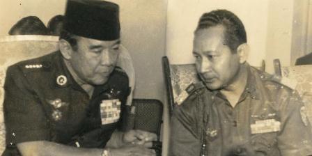 Presiden RI ke I Soekarno dan Jenderal Soeharto. (Istimewa/Arsip Kompas).
