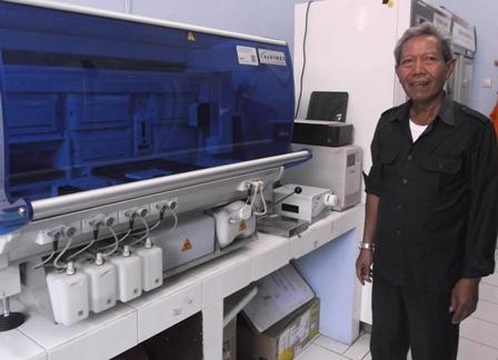 Kepala UDD PMI, Drs H. Rachmat Widjaya Mengamati Proses Peralatan Pengolah Darah.