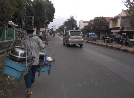 Setiap Hari Sejak Pagi Hingga Sore Lintasi Tepian Jalan Raya Pinggiran Kota Garut.