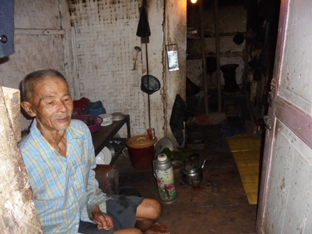 Warga Kampung Selaawi Terpaksa Masih Menempati Rumah Berkondisi Nyaris Rubuh Lantaran Pergerakan Tanah.