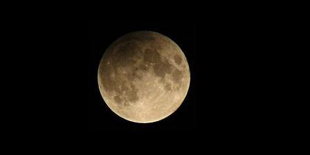 Gerhana bulan penumbra. Tak seperti fenomena gerhana bulan umumnya, bulan takkan berwarna merah darah. (Wikipedia).