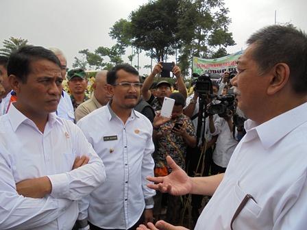 Seusai Panen Raya Jagung, Menteri Pertanian Berdialog Serius dengan Wakil Gubernur Jabar, serta Wakil Bupati Helmi Budiman.