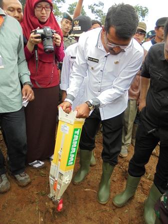 Helmi Budiman Juga Menanam Biji  Jagung Dengan Bantuan Piranti Mekanisasi Pertanian.