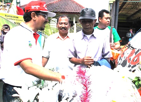 Wakil Bupati Sempatkan Amati Mobil Hias UPTD Disperindagpas, Berjuluk Aku Cinta Pasar Rakyat, Berbelanjalah di Pasar Rakyat.