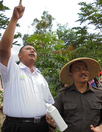 Camat Garut Kota U. Basuki Eko Mendampingi Bambang Sarjito Pada Penanaman Perdana Sorgum di Kampung Cimerang Kelurahan Sukanegla.