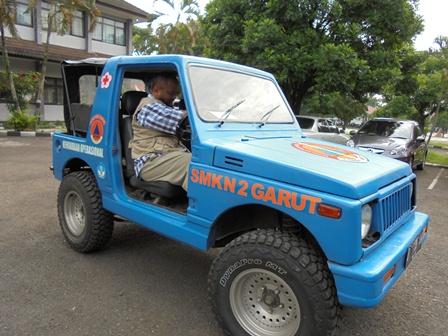 H. Latif Memukau Bermanuver Dengan Modivikasi Mobil Siaga Bencana SMKN 2 Garut.