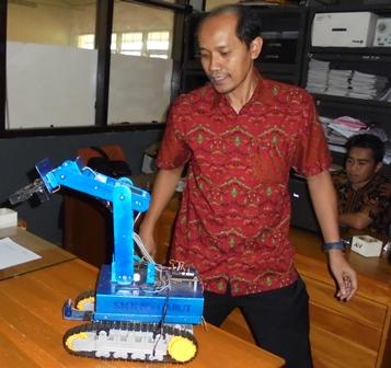 Inilah Nurdianto Bersama Prototipe Robotica Pencari Korban Bencana Alam Produk SMKN 2 Garut.