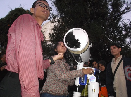 Praktisi Observatorium Boscha dan Kalangan Mahasiswa Astronomi ITB, Detail Mengamati Proses GMT.