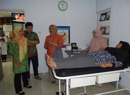 Ny. Diah Rudy Gunawan Didampingi Ruli Oktavian, serta dr Yanti Saksikan Proses Pemeriksaan/Pengobatan Pasien pada Bhakti Sosial Yasifa'
