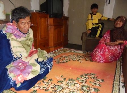 Dase Bersama Istri dan Cucunya di Pengungsian.