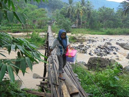 Jembatan Sepanjang Ratusan Meter Lintasi Sungai Cikaso Menuju Kampung singa.