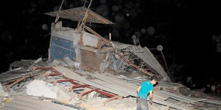 Sebuah bangunan di Guayaquil, Ekuador, hancur akibat guncangan gempa bermagnitudo 7,8, Sabtu (16/4/2016).