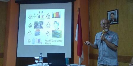 Principal Engineer Sentra Teknologi Polimer Badan Pengkajian dan Penerapan Teknologi (BPPT) Johan A. Nasiri menerangkan soal daur ulang material plastik, Selasa (5/4/2016) di Balai Teknologi Polimer BPPT. (KOMPAS.com/SRI NOVIYANTI).