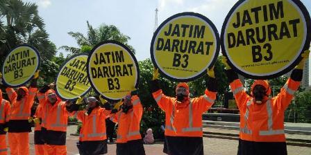 Aksi prihatin limbah B3 oleh aktivis lingkungan. (KOMPAS.com/ Achmad Faizal)