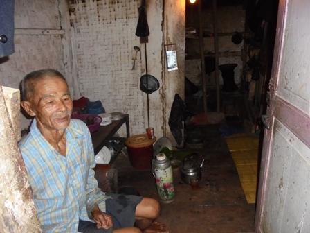 Warga Desa Sindangsari Terpaksa Masih Menempati Rumah Berkondisi Nyaris Rubuh Lantaran Pergerakan Tanah.
