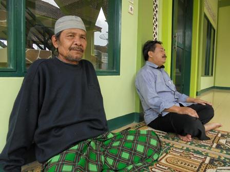 Ketua DKM Aceng Muhsin (bertopi), Bersama Ketua Yayasan Al-Kautsar, Dedi Hidayat di Pelataran Masjid.