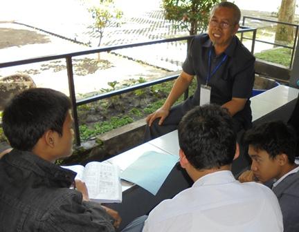 Guru SMAN 1 Garut Dengan Humanis dan Komunikatif Bimbing Murid Seusai Mengikuti UNBK Hari Pertama.