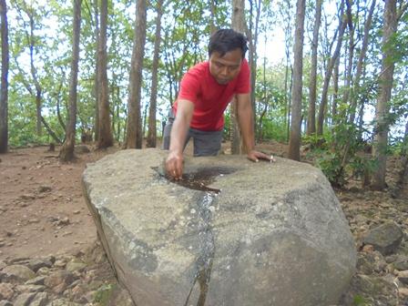 Suhada Bersihkan Batu Lumpang.