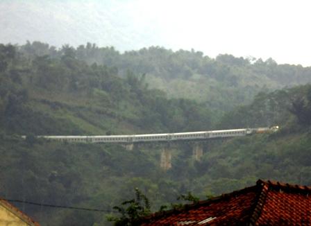 Rangkaian Gerbong KA Melintasi Jembatan Lebak Jero Garut, Kemudian Jembatan Lingkar Nagreg.