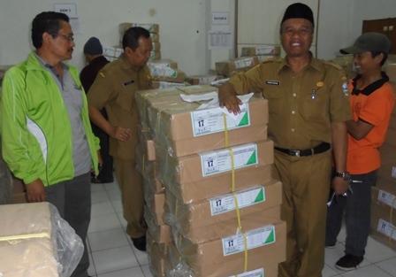 Kabid Dikdas Bersama Kepala Seksi SMP Saksikan Proses Pendistribusian Naskah Soal UN.