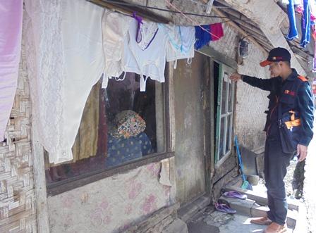 Pendata Sensus Ekonomi 2016, Mendata Penduduk Kota Kulon Kecamatan Garut Kota, Berkondisi Rumah Sangat Tak Layak Huni.