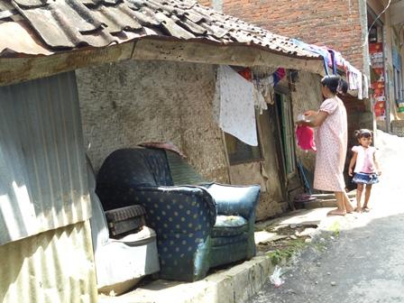 Kondisi Rumah Tak Layak Huni Ini Sangat Parah, Sehingga Penghuninya Terpaksa Keluar-Masuk Rumah Melalui Jendela.