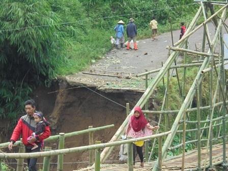 Meniti Jembatan Darurat.