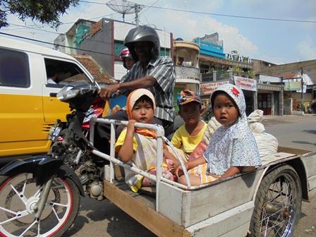 Asyik Berbelanja Sekaligus Berkeliling Kota Bersama Tiga Cucu.