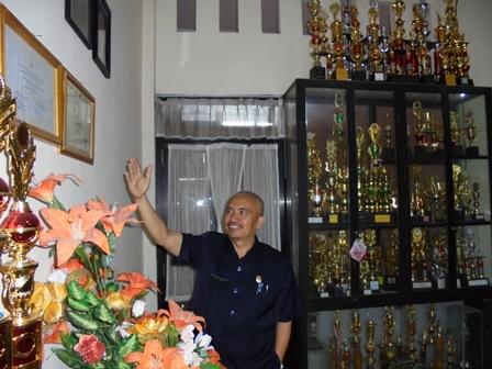 Dr Budi Suhardiman Tunjukan Penghargaan Prestasi Lingkungan dari Mendikbud, Menteri KLH, serta Penghargaan dari Gubernur Jawa Barat.
