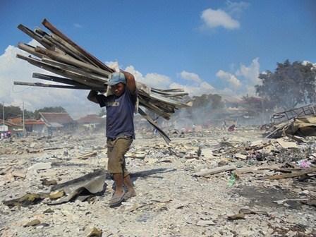Warga Pasar Darurat Berupaya Mengais Sisa Puing Diranggas Kobaran Api.
