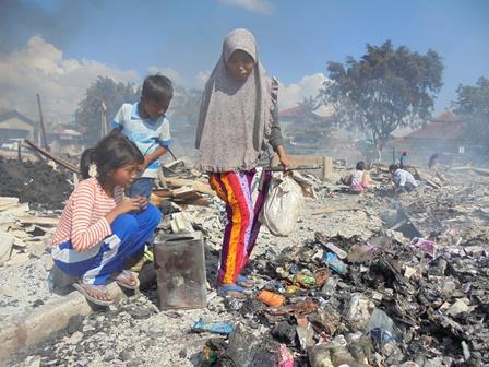 Anak-anak Dikerahkan Mencari Kemungkinan Terdapatnya Barang yang Masih Utuh.