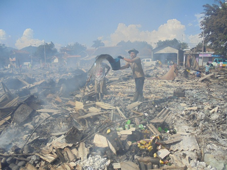 Warga Pasar Masih Berupaya Padamkan Titik Api.