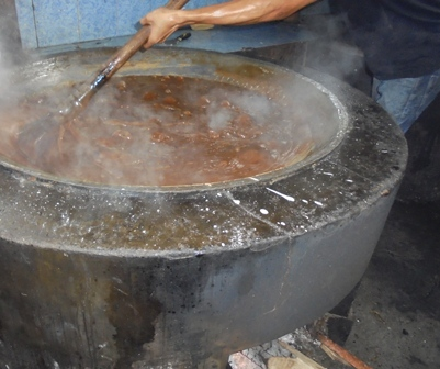 Proses Produksi Dipanaskan Dengan Kalori Berbahan Baku Kayu Bakar.