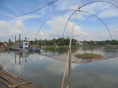 Jaring Tradisional Penangkap Ikan Bersama Kapal Keruk.