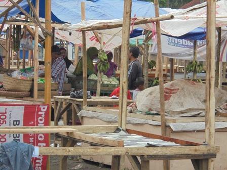 Suasana Transaksi Jual Beli Saat Ini di Pasar Darurat.