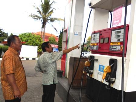Kepala Disperindagpas Menunjuk Angka Digital Meteran SPBU, Didampingi Kepala UPTD Pasar H. Dayat.