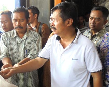 Antara Lain Didampingi Kabid Perdagangan, Endang Amar serta Kepala Subag Tata Usaha UPTD Pasar, Akhmad Wahyudin, Menelisik Kualitas Persediaan Beras di Gudang Bulog Tarogong.