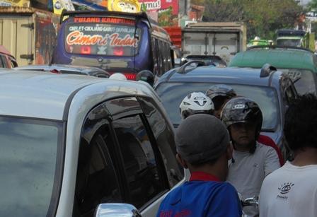 Pengendara Sepeda Motor, dan Pejalan Kaki pun Sulit Melintasi Jalan.