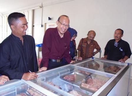Ridho Budiman Utama antara lain Bersama Dery Andriawan Didampingi H. Dayat serta Akhmad Wahyudin Memonitor Persediaan dan harga Daging Ayam Ras di Pasar Ciawitali Guntur.
