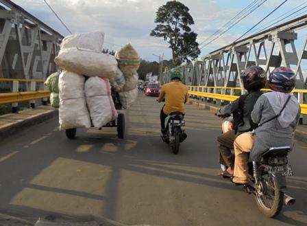 Ilustrasi. Bentang Jembatan Cimanuk Garut, Kerap Terasa Bergoyang Dilintasi Banyak Kendaraan.
