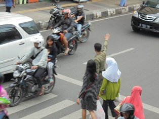 Satpol PP Bantu Menyeberangkan Penduduk.