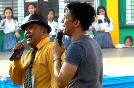 """Kepala SMKN 1 Garut, H. Dadang Johar Arifin, MM Berduet Dengan Ariel Nyanyikan Lagu """"Kupu-Kupu Malam""""."""